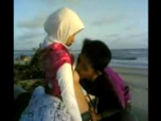 Pacaran mesum sama cewek jilbab di pantai